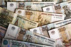 Рублевые купюры в Варшаве 22 января 2016 года. Рубль теряет почти три процента на торгах среды по сравнению с пятничным закрытием, отыгрывая просадку нефтяных котировок в первые два дня текущей недели, когда российские рынки были закрыты из-за первомайских праздников.  REUTERS/Kacper Pempel