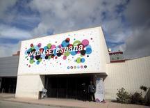El grupo audiovisual Mediaset España que opera seis canales de televisión, incluyendo Telecinco y Cuatro, dijo el miércoles que su resultado bruto de explotación (ebitda) ajustado subió en el primer trimestre un 51,6 por ciento interanual a 70,77 millones de euros, gracias a la recuperación del mercado publicitario y la contención de costes. En la imagen, la sede de Mediaset España en las afueras de Madrid, el 13 de abril de 2016. REUTERS/Andrea Coma