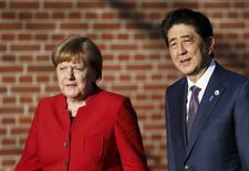 El primer ministro japonés, Shinzo Abe, junto a la canciller alemana, Angela Merkel, caminan para asistir a una conferencia de prensa, en Meseberg, Alemania. 4 de mayo de 2016. Japón está siguiendo los movimientos del mercado cambiario y actuará si es necesario, dijo el miércoles el primer ministro, Shinzo Abe, tras reunirse con la canciller alemana, Angela Merkel. REUTERS/Hannibal Hanschke