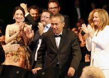 """Diretor Hou Hsiao-Hsien recebe prêmio em Cannes por """"A Assassina"""". 24/5/2015.      REUTERS/Regis Duvignau"""