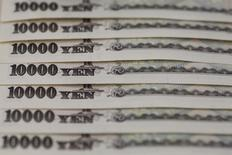 Купюры валюты иена в Токио 28 февраля 2013 года. Иена демонстрирует признаки усталости в четверг, отступив от недавних максимумов, в то время как доллар поддерживается оптимистичными надеждами, что экономика США может прийти в норму после потери темпа в первом квартале. REUTERS/Shohei Miyano/File Photo