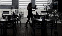 La creación de empresas en España aumentó en los cuatro primeros meses del año hasta alcanzar su cifra más alta desde el inicio de la crisis económica en 2008, mostró el jueves un informe de la agencia de rating Axesor. En la imagen de archivo, una camarera prepara mesas en una terraza en Madrid. REUTERS/Sergio Perez