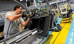 Imagen de archivo de un trabajador en la planta de Renault en Valladolid, España, oct 17, 2011. El fabricante francés de automóviles Renault dijo el jueves que invertirá más de 600 millones de euros (684,18 millones de dólares) en un nuevo proyecto en España que incluye la fabricación de un nuevo auto y un nuevo motor en su planta de Valladolid, en el norte del país.  REUTERS/Felix Ordonez