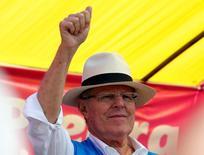 El candidato a la presidencia de Perú Pedro Pablo Kuczynski en un mitin de campaña en la localidad limeña de Puente Piedra, mayo 3, 2016. Kuczynski dijo el jueves que en un eventual Gobierno podría emitir bonos de largo plazo y que ha recibido el ofrecimiento de 5.000 millones de dólares de inversionistas internacionales para proyectos de servicio de agua potable y de trenes de corta distancia.  REUTERS/Mariana Bazo
