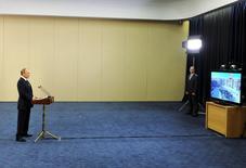 Президент России Владимир Путин обращается по видеосвязи из Сочи к музыкантам и публике, собравшейся на концерт Мариинского теарта в сирийской Пальмире 5 мая 2016 года. Государственный театр в четверг преподнес сюрприз публике, выступив с концертом, в котором принял участие также друг Путина, виолончелист. Mikhail Klimentyev/Sputnik/Kremlin via Reuters