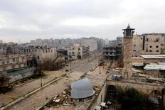 Вид на линию фронта в Старом Алеппо. Авиаудары по лагерю беженцев вблизи сирийско-турецкой границы унесли как минимум 28 жизней в четверг, сообщили правозащитники, а в ряде районов на севере Сирии бои активизировались, несмотря на соглашение о прекращении враждебных действий в Алеппо.  REUTERS/Hosam Katan/File photo