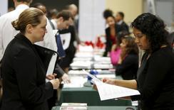 El empleo en Estados Unidos probablemente aumentó en abril, pero un incremento en las personas que buscan trabajo habría mantenido los aumentos salariales moderados, lo que daría a la Reserva Federal más tiempo antes de volver a subir los tipos de interés. En la imagen, personas en entrevistas de trabajo en un evento de empleo militar en Washington, el 8 de enero de 2016. REUTERS/Gary Cameron