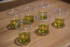 El grupo aceitero Deoleo amplió las pérdidas en el primer trimestre del año un 57,3 por ciento a casi 10 millones de euros, mermado por los altos precios de la materia prima que ya le afectaron durante gran parte de 2015. En la imagen, una cata de aceite de oliva en el Hotel Copenhagen, en Esplanade, el 23 de mayo de 2015. REUTERS/Jens Noergaard Larsen/Scanpix
