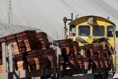 Un tren cargado con cátodos de cobre en la mina de cobre Chuquicamata de Codelco en el norte de Chile, abr 1, 2011. El cobre subió el viernes y el níquel rebotó por la depreciación del dólar tras operar a la baja, pero el mercado se preparaba para otra ola de ventas por parte de fondos que están revirtiendo sus apuestas sobre precios más altos, y se prevé que un mercado sobreabastecido sume presión.  REUTERS/Ivan Alvarado