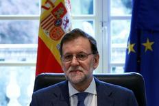 Le président du gouvernement espagnol par intérim, Mariano Rajoy, a adressé un courrier à la Commission européenne lui demandant de ne pas appliquer à son pays une amende pour manquement aux objectifs de réduction du déficit budgétaire en 2015. /Photo prise le 29 avril 2016/REUTERS/Juan Medina