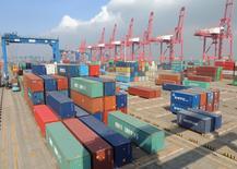 Las importaciones y exportaciones de China cayeron más de lo previsto en abril, lo que deja en evidencia la floja demanda doméstica y en el exterior y reduce las expectativas de una pronta recuperación de la segunda mayor economía del mundo. En la imagen de archivo, containers situados en el puerto de Lianyungang,  en la provincia de Jiangsu, China,  el 13 de abril de 2016. REUTERS/China Daily