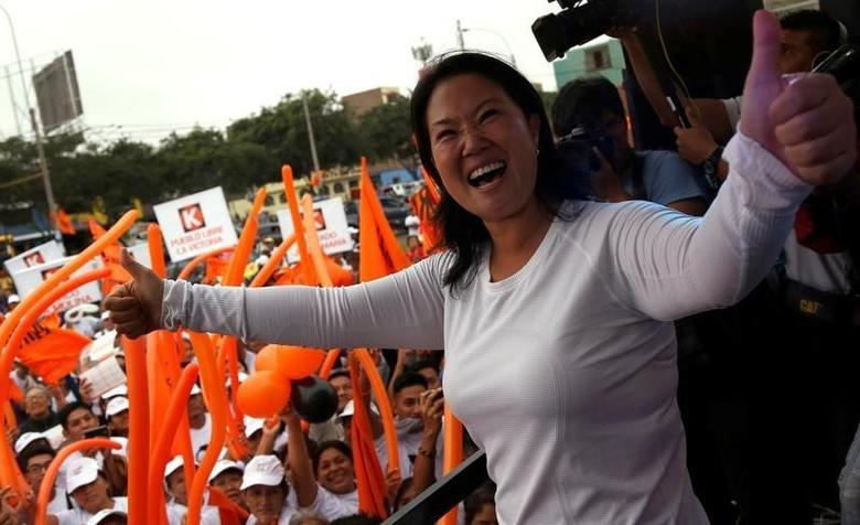 Peruvian presidential candidate Keiko Fujimori of the Fuerza Popular (Popular Force) party gestures during a campaign rally at Surco district in Lima, Peru April 30, 2016. REUTERS/Janine Costa