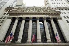 Wall Street, qui vient d'enchaîner deux pertes hebdomadaires de suite, pourrait rebondir à la faveur des résultats de grands noms liés aux biens de consommation, un secteur dont les performances au premier trimestre devraient trancher favorablement avec le reste de l'indice S&P 500. /Photo d'archives/REUTERS/Lucas Jackson