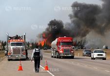 Vehículos abastecedores abandonan los alrededores de la ciudad canadiense Fort McMurray,  en Alberta, debido a un feroz incendio forestal.  REUTERS/Mark Blinch