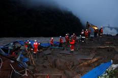 El número  de personas desaparecidas en un corrimiento de tierra en la provincia china de Fujian ha aumentado a 41, dijo la agencia de noticias Xinhua el domingo, citando autoridades locales.  En la imagen, policía paramilitar busca personas desaparecidas en el lugar de un deslizamiento de tierra en Sanming, en la provincia de Fujian, China, el 8 de mayo de 2016. China Daily/via REUTERS
