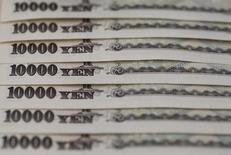 Купюры валюты иена в Токио 28 февраля 2013 года. Иена понесла серьезные потери в ходе торгов вторника, спустившись с недавних максимумов после того, как власти Японии предупредили о готовности вмешаться в валютный рынок для ослабления национальной валюты. REUTERS/Shohei Miyano