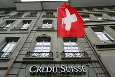 Credit Suisse a déclaré mardi que les conditions de marché difficiles qui ont fait plonger ses comptes dans le rouge au premier trimestre devraient persister au moins jusqu'au deuxième. Le numéro deux de la banque suisse a accusé sur la période janvier-mars un perte de 302 millions de francs suisses (273 millions d'euros). /Photo prise le 9 mai 2016/REUTERS/Ruben Sprich