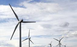 EDF Energies Nouvelles annonce mardi un nouveau partenariat, avec le canadien Enbridge, afin de développer, construire et exploiter trois parcs éoliens au large des côtes françaises, le danois Dong Energy quittant pour sa part le consortium formé par l'électricien public. /Photo prise le 23 avril 2016/REUTERS/Régis Duvignau