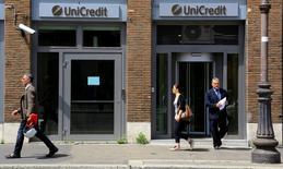 UniCredit, première banque italienne par les actifs, a publié mardi un bénéfice net supérieur aux attentes au premier trimestre malgré des charges de restructuration en Autriche et en Italie. /Photo prise le 10 mai 2016/REUTERS/Tony Gentile