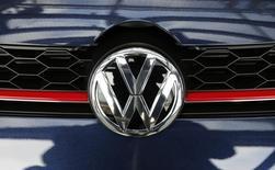 Le Qatar, troisième actionnaire de Volkswagen, va désigner une femme pour le représenter au conseil de surveillance du constructeur automobile allemand. Cette initiative doit permettre à VW de respecter les quotas désormais en vigueur en Allemagne, qui imposent  aux grandes entreprises d'attribuer 30% des sièges dans leurs conseils non exécutifs à des femmes. /Photo prise le 28 avril 2016/REUTERS/Fabrizio Bensch