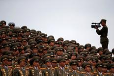 Soldado filmando militares durante desfile após fim de congresso na Coreia do Norte.    10/05/2016        REUTERS/Damir Sagolj