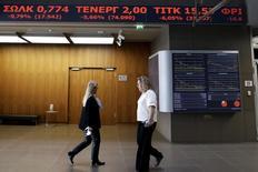 Las bolsas europeas cerraron en alza el martes, impulsadas por noticias de avances en las negociaciones por la deuda griega y por Pandora y Credit Suisse después de anunciar resultados. En la imagen, empleados en el vestíbulo de la Bolsa de Atenas, Grecia, el 8 de febrero de 2016. REUTERS/Alkis Konstantinidis