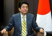 """Japón anunciará un plan para frenar la evasión fiscal en una cumbre del Grupo de los Siete a finales de este mes, después de que la filtración de los """"Papeles de Panamá"""" revelase tramas para eludir el pago de impuestos utilizados por las élites del mundo, dijeron fuentes gubernamentales. En la imagen, el primer ministro japonés Shinzo Abe en una reunión con el presidente ruso President Vladimir Putin en Sochi, Rusia, el 6 de mayo de 2016.   REUTERS/Pavel Golovkin/Pool"""