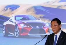 Le PDG de Toyota Akio Toyoda. Après trois années consécutives de records favorisés par la faiblesse du yen, le constructeur automobile s'attend pour cette année à une chute de 35% de son bénéfice net en raison de l'appréciation de la devise japonaise. /Photo prise le 11 mai 2016/REUTERS/Thomas Peter