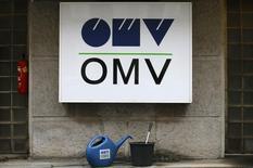 Логотип OMV на заправочной станции в Вене. Скорректированная операционная прибыль австрийской нефтегазовой группы OMV в первом квартале упала на 50 процентов до 167 миллионов евро ($190 миллионов), оказавшись лишь немногим выше ожиданий аналитиков, поскольку низкие цены на нефть продолжают бить по прибыли производственных подразделений компании. REUTERS/Heinz-Peter Bader