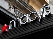 Знак на магазине Macy's в Нью-Йорке. Американская сеть универмагов Macy's отчиталась о падении квартальных продаж пятый месяц кряду, не оправдав ожиданий аналитиков, из-за снижения спроса на одежду и укрепления курса доллара, которое привело к сокращению трат туристов.  REUTERS/Shannon Stapleton