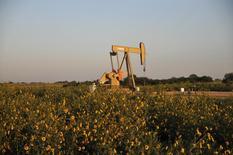 Imagen de archivo de una unidad de bombeo de crudo de la compañía Devon Energy Production Company operando en Guthrie, EEUU, sep 15, 2015. Las existencias de petróleo de Estados Unidos cayeron la semana pasada por primera vez desde marzo, en medio de un descenso mayor al esperado en los inventarios de gasolina y destilados y un declive en las importaciones, mostraron el miércoles datos de la gubernamental Administración de Información de Energía (EIA).     REUTERS/Nick Oxford