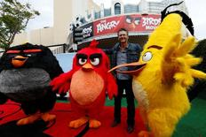 "Ator Blake Shelton posa com personagens de ""Angry Birds"" em Los Angeles. 7/5/2016.   REUTERS/Mario Anzuoni"