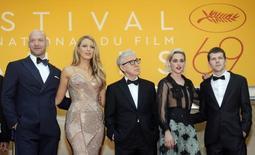 """Actores  Corey Stoll, Blake Lively, el director Woody Allen, Kristen Stewart y Jesse Eisenberg posan en su llegada para la ceremonia de apertura y proyección de la película """"Cafe Society"""", fuera de concurso, durante la edición 69 del Festival de Cine de Cannes en Cannes, Francia, 11 de mayo, 2016. Poco antes de que su cuadragésimo novena película abriera el Festival de Cine de Cannes, el director estadounidense Woody Allen se describió a sí mismo como una persona """"dinámica"""" de 80 años sin planes de retirarse. REUTERS/Regis Duvignau"""
