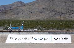 Un prototype de train à propulsion électromagnétique, de la taille d'une voiture, imaginé par la start-up Hyperloop One, est parvenu à atteindre une vitesse de 160 km heure sur une très courte distance, lors d'un test effectué mercredi dans le désert américain du Nevada. Hyperloop One a déjà levé 80 millions de dollars auprès d'investisseurs dont la SNCF. /Photo prise le 11 mai 2016/REUTERS/Steve Marcus