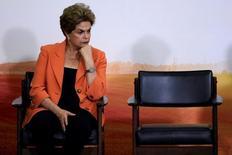 Дилма Русеф во время церемонии запуска Сельскохозяйственного плана на 2016-2107 г. Бразильский Сенат в четверг проголосовал за привлечение к судебной ответственности президента Дилмы Русеф, приняв историческое решение, связанное с глубокой рецессией и коррупционным скандалом, с которыми теперь придется столкнуться вице-президенту Мишелу Темеру, принимающему на себя полномочия главы государства.  REUTERS/Ueslei Marcelino/File Photo     TPX IMAGES OF THE DAY