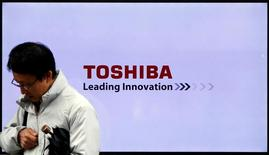Логотип Toshiba Corp в Токио. Японская Toshiba Corp сообщила, что ожидает получить операционную прибыль за текущий финансовый год после убытка в $6,6 миллиарда в прошлом году из-за крупных списаний и затрат на реструктуризацию вследствие скандала с бухгалтерской отчетностью.  REUTERS/Toru Hanai/File Photo