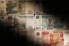 Рублевые купюры в Москве 30 сентября 2014 года. Рубль вечером четверга вновь, как и утром, показывает минимальные изменения, вернувшись к уровням предыдущего закрытия после обновления в середине дня максимумов текущего месяца, копируя динамику нефти. REUTERS/Maxim Zmeyev