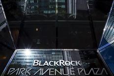 El logo de BlackRock en un edificio en Manhattan, oct 11, 2015. Importantes gestores de fondos globales como BlackRock incrementaron su exposición a Brasil incluso antes de que la presidenta Dilma Rousseff fuera suspendida de su cargo el jueves, aunque los inversores siguen recelosos sobre las perspectivas de recuperación de la mayor economía latinoamericana.  REUTERS/Eduardo Munoz/Files