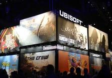 """Ubisoft a confirmé jeudi ses prévisions pour l'année en cours après avoir publié des résultats 2015-2016 supérieurs à ses prévisions récemment révisées à la baisse, porté par le succès de ses jeux """"Far Cry Primal"""" et """"The Division"""". Sur l'ensemble de son exercice, Ubisoft a dégagé un résultat opérationnel non-IFRS quasiment stable de 169 millions d'euros pour un chiffre d'affaires de 1,39 milliard. /Photo d'archives/REUTERS/Kevork Djansezian"""