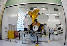Eutelsat a abaissé ses objectifs de chiffre d'affaires et de marge brute d'exploitation (Ebitda) pour l'exercice en cours et le suivant, disant pâtir du ralentissement du marché des satellites. L'opérateur vise désormais une marge d'Ebitda autour de 76% pour l'exercice 2015-2016 et de 75% pour 2016-2017 au lieu de plus de 76,5% dans les deux ans. /Photo d'archives/REUTERS/Eric Gaillard