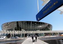 L'aéroport de Nice. Au moins six offres indicatives ont été déposées pour la privatisation de l'aéroport de Lyon et au moins trois autres l'ont été pour l'aéroport de Nice, selon des sources proches du dossier. /Photo d'archives/REUTERS/Eric Gaillard