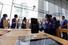 L'action Apple est tombée sous les 90 dollars jeudi à Wall Street pour la première fois depuis juin 2014 avant de remonter légèrement en clôture pour finir à 90,34, en baisse de 2,35% sur la séance. Apple pâtit d'un sentiment de défiance depuis l'annonce en avril d'une première baisse de son chiffre d'affaires en 13 ans. /Photo d'archives/REUTERS/Jason Lee