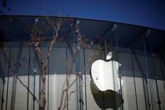 Apple a investi un milliard de dollars (881 millions d'euros) dans l'application chinoise de réservation de véhicules avec chauffeur, Didi Chuxing, une initiative qui, selon son directeur Tim Cook, pourrait aider le groupe à mieux comprendre le marché chinois. /Photo prise le 12 avril 2016/REUTERS/Lucy Nicholson