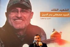 """Мужчина читает Коран перед снимком Мустафы Бадреддина, убитого в Сирии. Один из лидеров ливанской группировки """"Хезболла"""" Мустафа Бадреддин был убит в результате атаки в Сирии, сообщило движение в пятницу. Представитель группировки в парламенте возложил ответственность за это на Израиль. REUTERS/Aziz Taher"""
