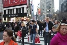 Un hombre lleva bolsas de compras cerca del Herald Square durante un día de clima inusualmente cálido en Manhattan, 27 de diciembre de 2015. Las ventas minoristas de Estados Unidos anotaron su mayor incremento en un año en abril por mayores compras de autos y otros bienes, lo que sugiere que la economía está recuperando impulso luego de que un crecimiento prácticamente estancado en el primer trimestre. REUTERS/Pearl Gabel