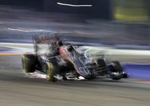 Force India Formula One driver Nico Hulkenberg of Germany collides with Williams Formula One driver Felipe Massa of Brazil during the Singapore F1 Grand Prix at the Marina Bay street circuit September 20, 2015.  REUTERS/Edgar Su