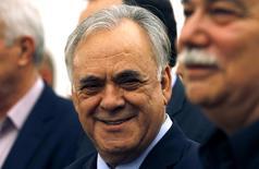 En la imagen de archivo, el viceprimer ministro de Grecia, Yannis Dragasakis, sonríe durante la ceremonia de toma de mando en el palacio presidencial en Atenas, el 27 de enero de 2015. Dragasakis dijo en una entrevista con un diario local que Atenas quería un acuerdo de alivio de deuda que ayudara al país a acceder a los mercados de bonos en 2017 y que permitiera anotar superávits primarios presupuestarios sostenibles. REUTERS/Yannis Behrakis