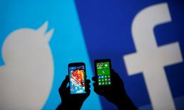 Trois associations antiracistes françaises ont annoncé qu'elles portaient plainte contre Facebook, Twitter et YouTube pour non-respect de leurs obligations de modération des propos diffusés par ces réseaux sociaux. /Photo d'archives/REUTERS/Dado Ruvic