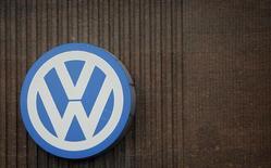 En la imagen de archivo se aprecia un logo gigante de Volkswagen en el muro de su instalación de producción en Wolfsburgo, Alemania, el 28 de abril de 2016.  El fondo de riqueza soberano noruego, el mayor del mundo, dijo el domingo que planea unirse a demandas colectivas presentadas contra la fabricante de autos alemana Volkswagen AG debido al escándalo de emisiones. REUTERS/Fabrizio Bensch