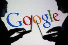 Силуэты людей на фоне логотипа  Google. Google в ближайшие недели грозит рекордный штраф около 3 миллиардов евро ($3,4 миллиарда) от Еврокомиссии за нарушение антимонопольного законодательства, сообщила британская газета Sunday Telegraph.  REUTERS/Dado Ruvic/File Photo